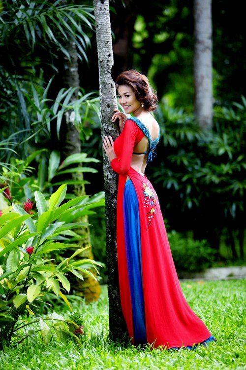 Thanh Hang khoe lung tran voi ao dai 1