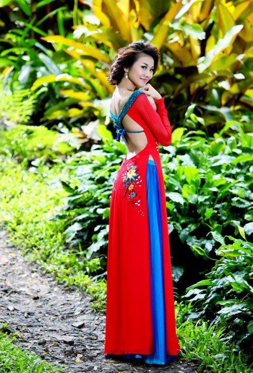 Thanh Hang khoe lung tran voi ao dai 3