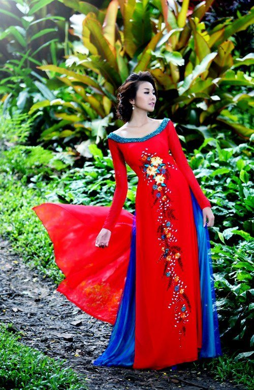 Thanh Hang khoe lung tran voi ao dai 5