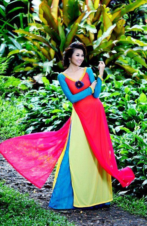 Thanh Hang khoe lung tran voi ao dai 8