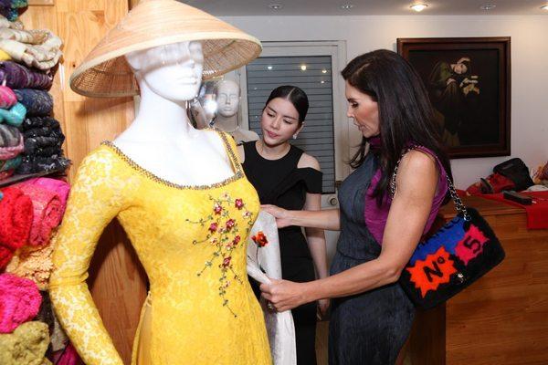 Sau khi dự show thời trang do Lý Nhã Kỳ tổ chức, tỷ phú người Li Băng đã ở lại TP HCM 5 ngày để tìm hiểu về văn hóa của người Việt. Không chỉ mê ẩm thực với các món truyền thống như cơm cá kho, đậu phụ... bà còn bày tỏ sự quan tâm về áo dài Việt Nam.