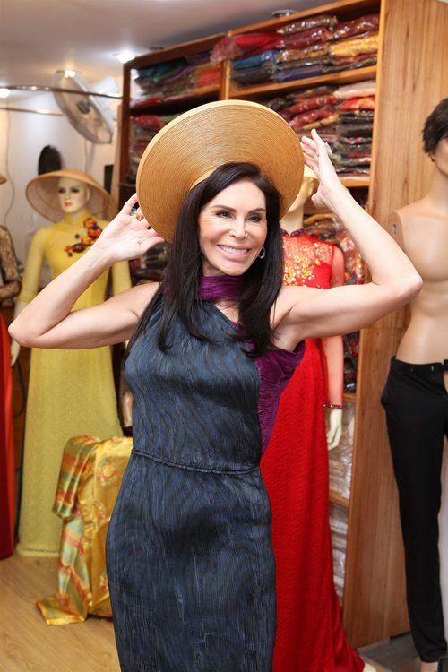 """Diễn viên """"Mùa hè lạnh"""" đã đưa nữ tỷ phú đến gặp nhà thiết kế Thuận Việt để đặt may riêng cho bà 2 bộ áo dài truyền thống."""