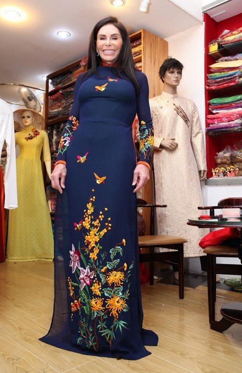 Bà hào hứng tiết lộ, trong Tuần lễ Thời trang sắp tới, bà sẽ diện những bộ áo dài duyên dáng này.
