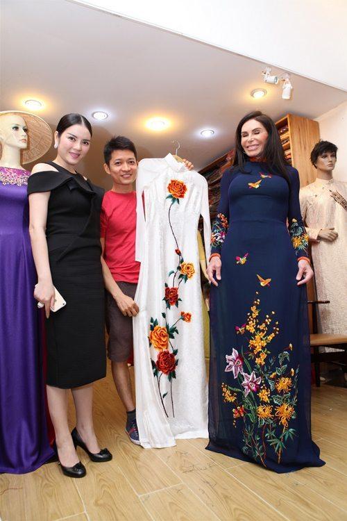 Đích thân nhà thiết kế Thuận Việt đón tiếp và tư vấn cho nữ tỷ phú hàng hiệu may đồ.
