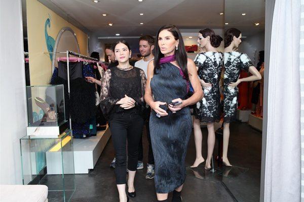 Mouna Ayoub còn ghé thăm showroom của Lý Nhã Kỳ và hết lời khen ngợi cơ ngơi, cách bài trí các mặt hàng thời trang sang trọng.