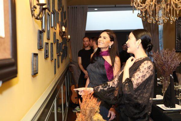 Khi xem những bức hình của cựu Đại sứ Du lịch trang trí trên tường, bà phát hiện ra Lý Nhã Kỳ đã gặp rất nhiều người bạn nổi tiếng của mình. Bà cho rằng, đó có thể là duyên số để bà và cô trở nên thân thiết như vậy.