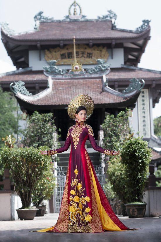 Bộ áo dài lộng lẫy của Trương Thị May tại Miss Universe 2013 do Thuận Việt thiết kế.
