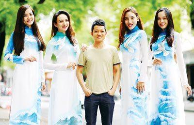Nhà thiết kế Thuận Việt và các người mẫu.