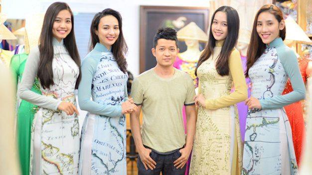 Nhà thiết kế Thuận Việt (giữa) với các mẫu áo dài với họa tiết bản đồ trong bộ sưu tập Ước vọng hòa bình - Ảnh: Thuận Thắng